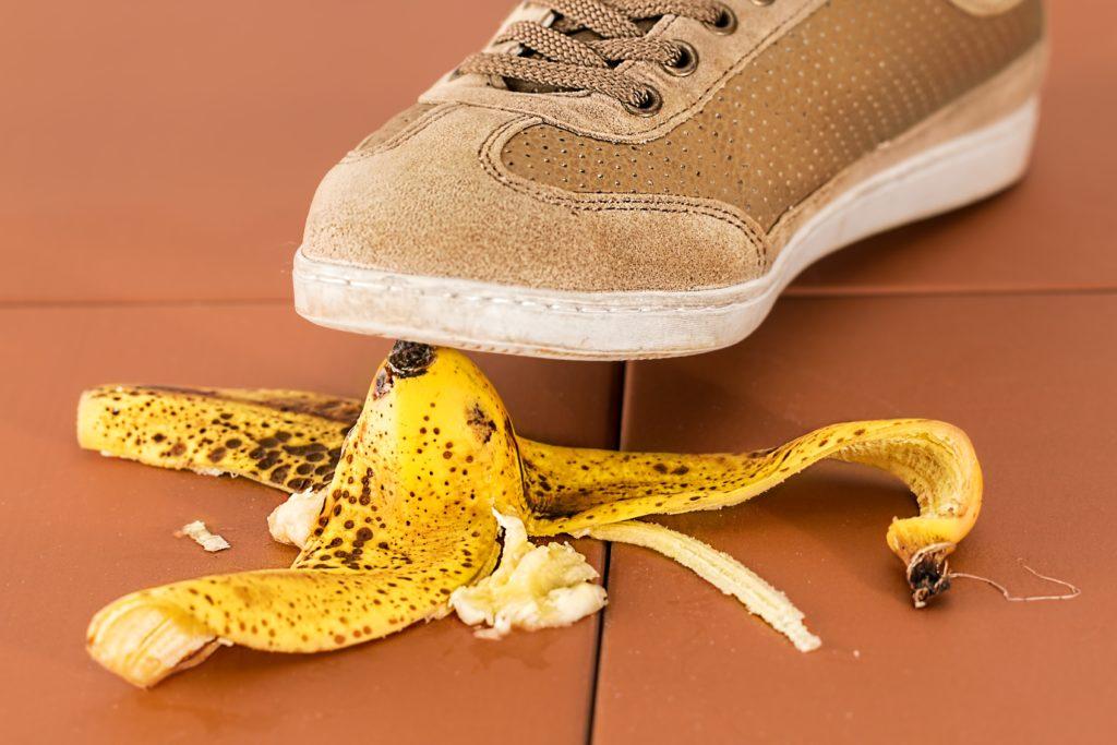 ledskade ved at glide i en bananskræl